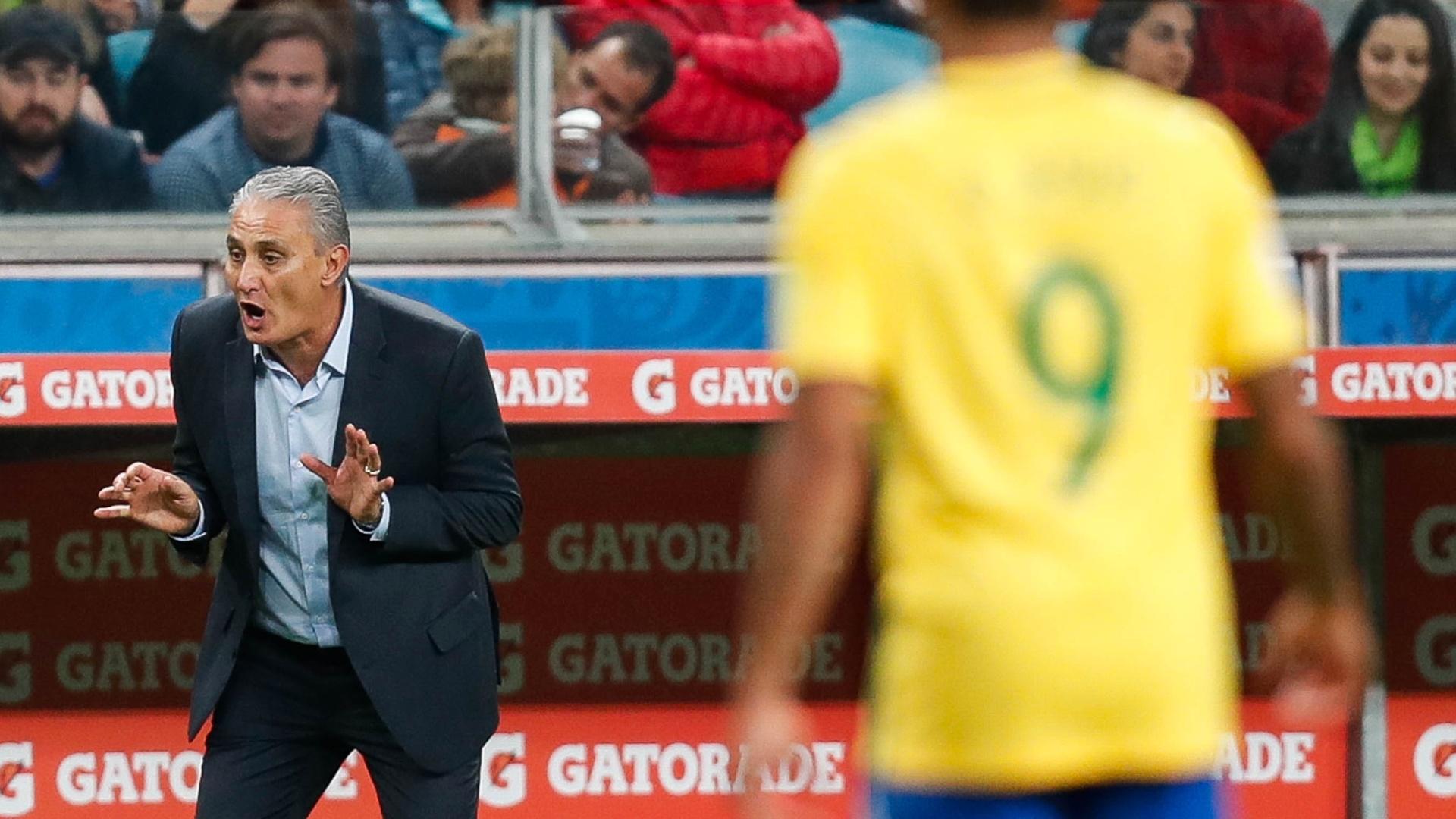 Tite grita com seus jogadores durante o jogo entre Brasil e Equador