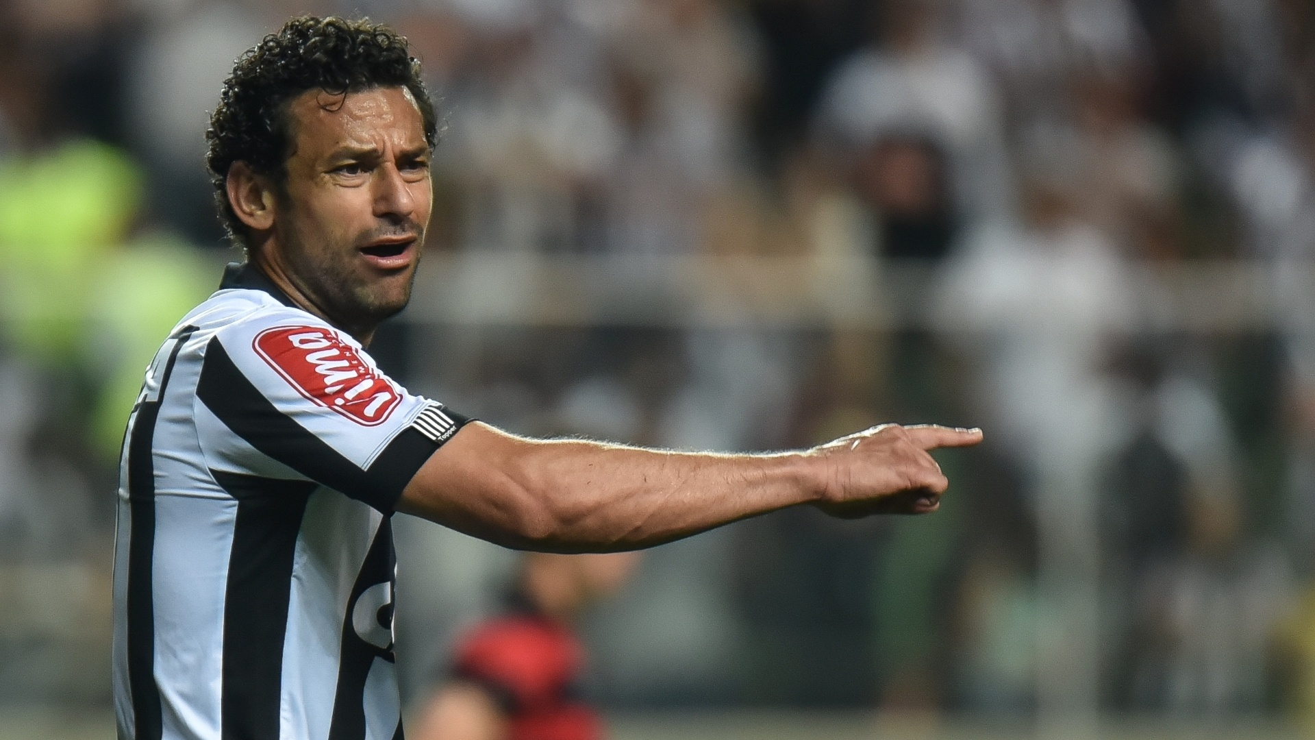 Fred orienta os companheiros de time na partida entre Atlético-MG e Vitória