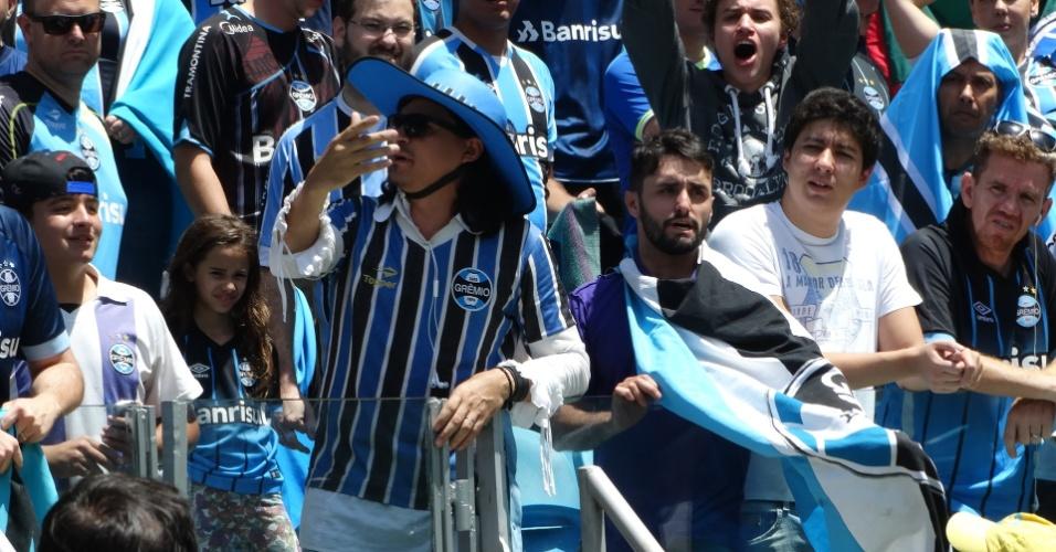 Torcida gremista aguarda a chegada dos campeões da Libertadores na Arena