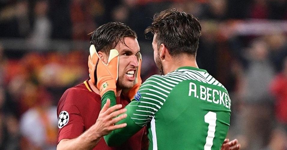 Goleiro Alisson comemora com jogador da Roma após a vitória sobre o Barcelona