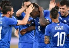 Balotelli homenageia Astori e critica faixa xenófoba em estádio suíço - Fabrice Coffrini/AFP