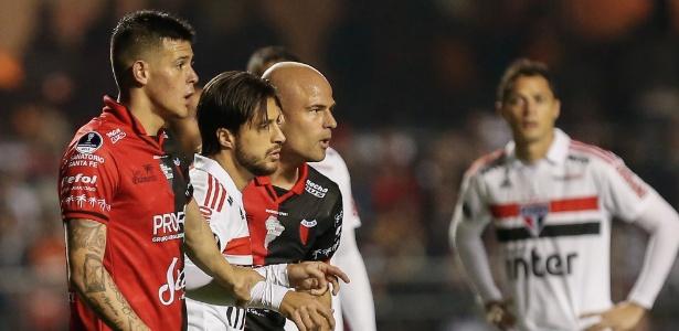 Hudson é cercado por dois argentinos. O careca, Fritzler, marcou o gol da vitória do Colón