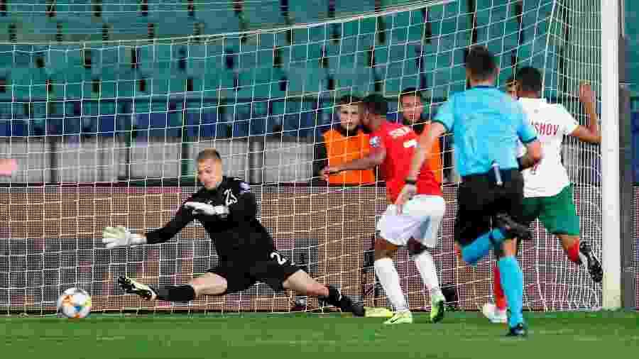 Plamen Iliev sofre gol de Sterling durante partida entre Bulgária e Inglaterra - REUTERS/Anton Uzunov
