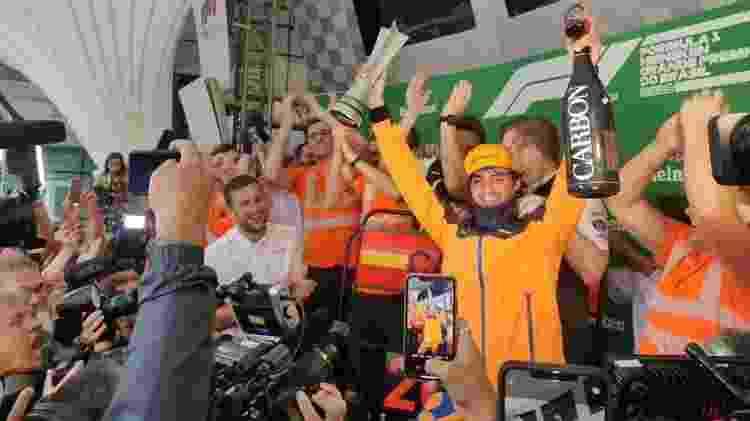 Carlos Sainz comemora o primeiro pódio da carreira na F1 - Divulgação/McLaren