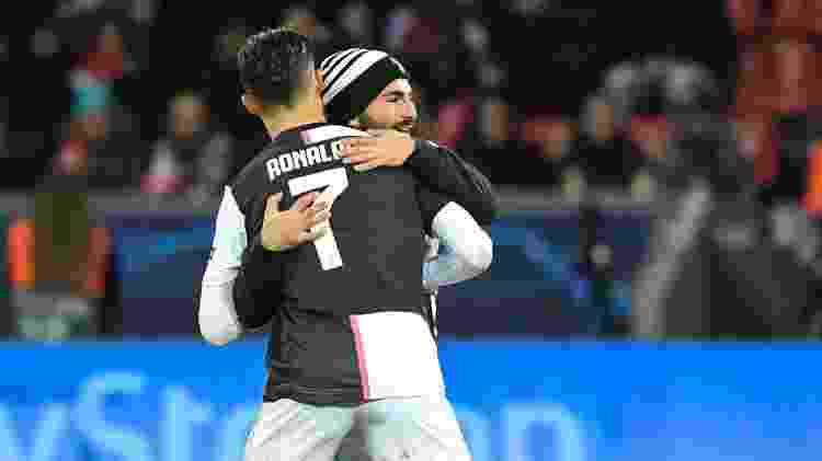 Cristiano Ronaldo abraça segundo invasor de campo em jogo da Juventus - INA FASSBENDER / AFP