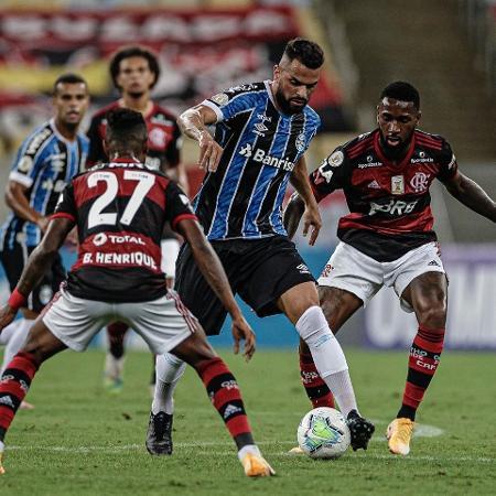 Maicon tenta jogada contra Bruno Henrique - Pedro Martins/Foto FC/UOL