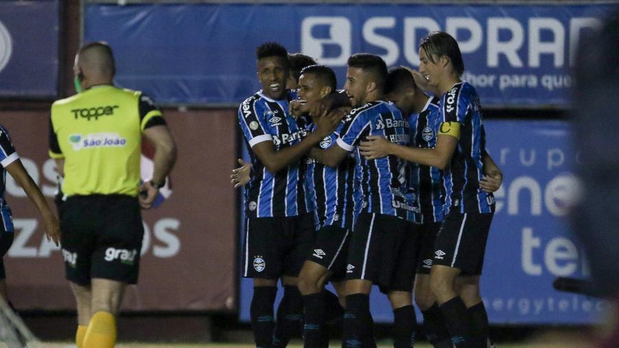 Grêmio abriu placar cedo e ampliou no segundo tempo em jogo disputado com problema de iluminação - Fernando Alves/AGIF