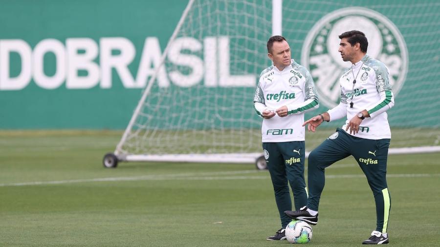 Andrey Lopes conversa com o técnico do Palmeiras Abel Ferreira, em treino na Academia - Cesar Greco