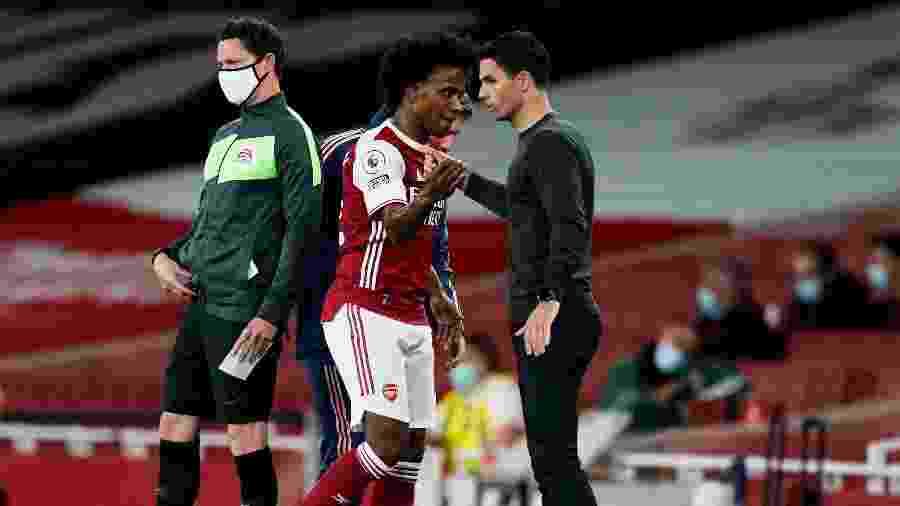 Willian e Arteta, durante jogo do Arsenal; meia elogiou o treinador - REUTERS/Will Oliver