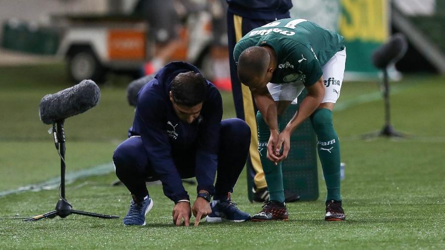Abel Ferreira dá instruções para Mayke durante Palmeiras x Grêmio - Cesar Greco