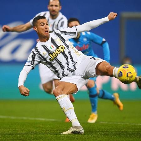 Cristiano Ronaldo marca na partida entre Juventus e Napoli, pela Supercopa da Itália - Getty Images