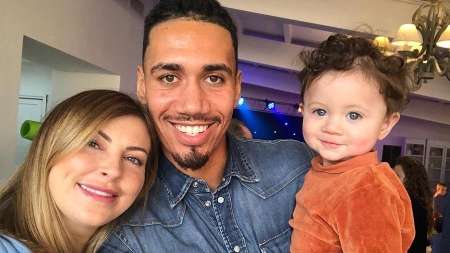 Casado com Sam, Chris Smalling é pai de Leo, de apenas dois anos; eles foram assaltados nesta madrugada dentro de casa - Reprodução/Instagram
