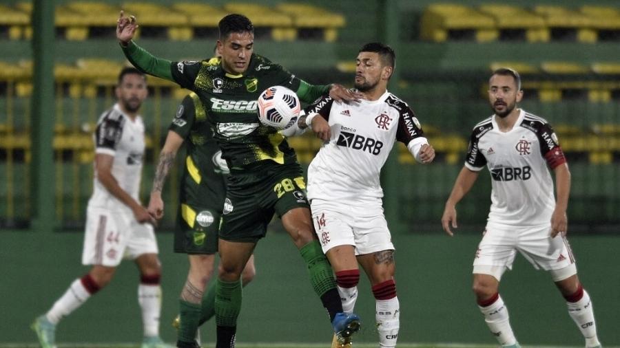 Arrascaeta disputa a bola durante a partida entre Flamengo e Defensa y Justicia, pelas oitavas da Libertadores 2021. - Staff Images/Conmebol