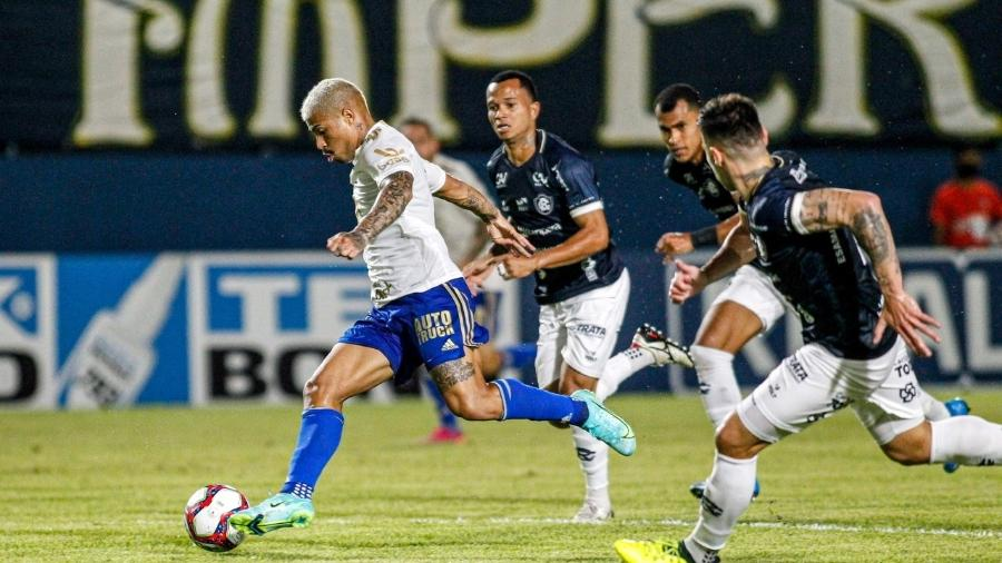 Jogador do Cruzeiro tenta jogada observado por adversários do Remo pela Série B - Fernando Torres/AGIF
