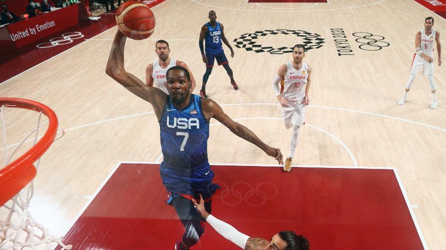 Kevin Durant vai para a cesta durante jogo dos Estados Unidos contra a Espanha - Gregory Shamus/Reuters