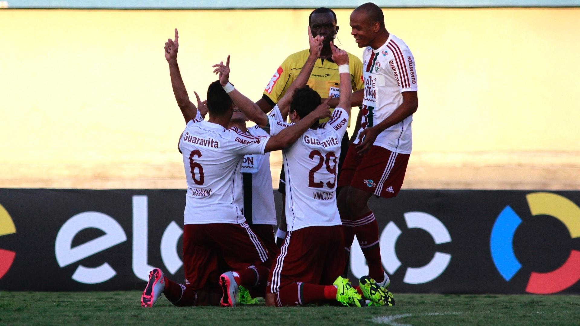Jogadores do Fluminense comemoram gol em partida contra o Goiás, neste domingo (28), pelo Campeonato Brasileiro