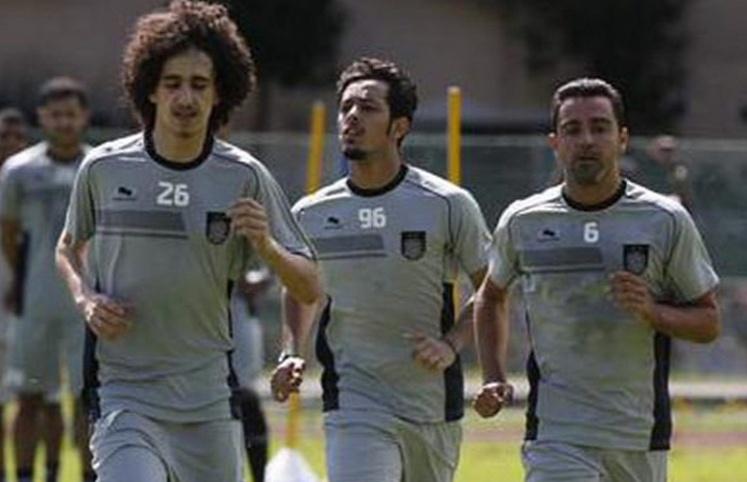 A direita da imagem Xavi corre durante treinamento do novo clube, o Al Sadd do Qatar
