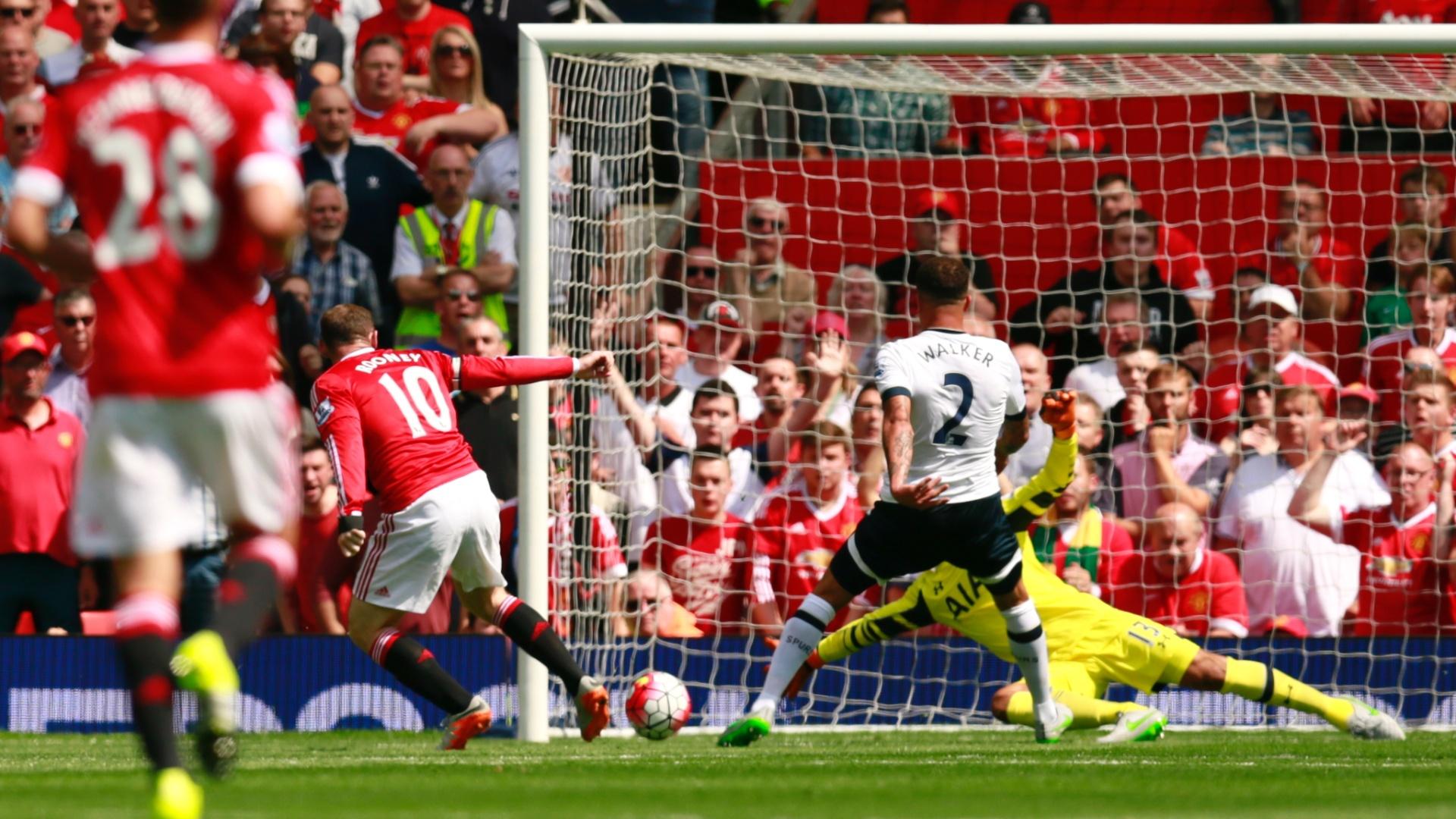 Kyle Walker, do Tottenham, toca contra as próprias redes para colocar o Manchester em United em vantagem na abertura do Campeonato Inglês