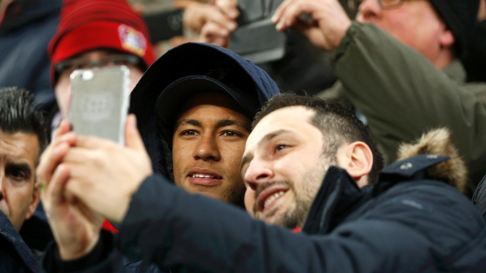 Lesionado, Neymar acompanha a partida do Barcelona contra o Beyer Leverkusen no estádio. E aproveita para tirar selfie