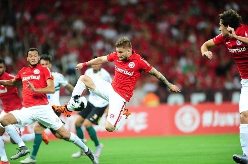 Eduardo Sasha disputa bola no jogo do Internacional contra o Coritiba, pela Primeira Liga