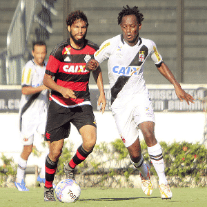 Andrezinho e Wallace disputam jogada em São Januário - Paulo Fernandes/Vasco.com.br