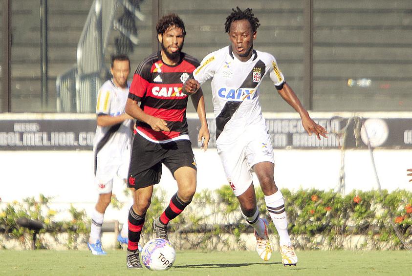 Andrezinho e Wallace disputam jogada em São Januário