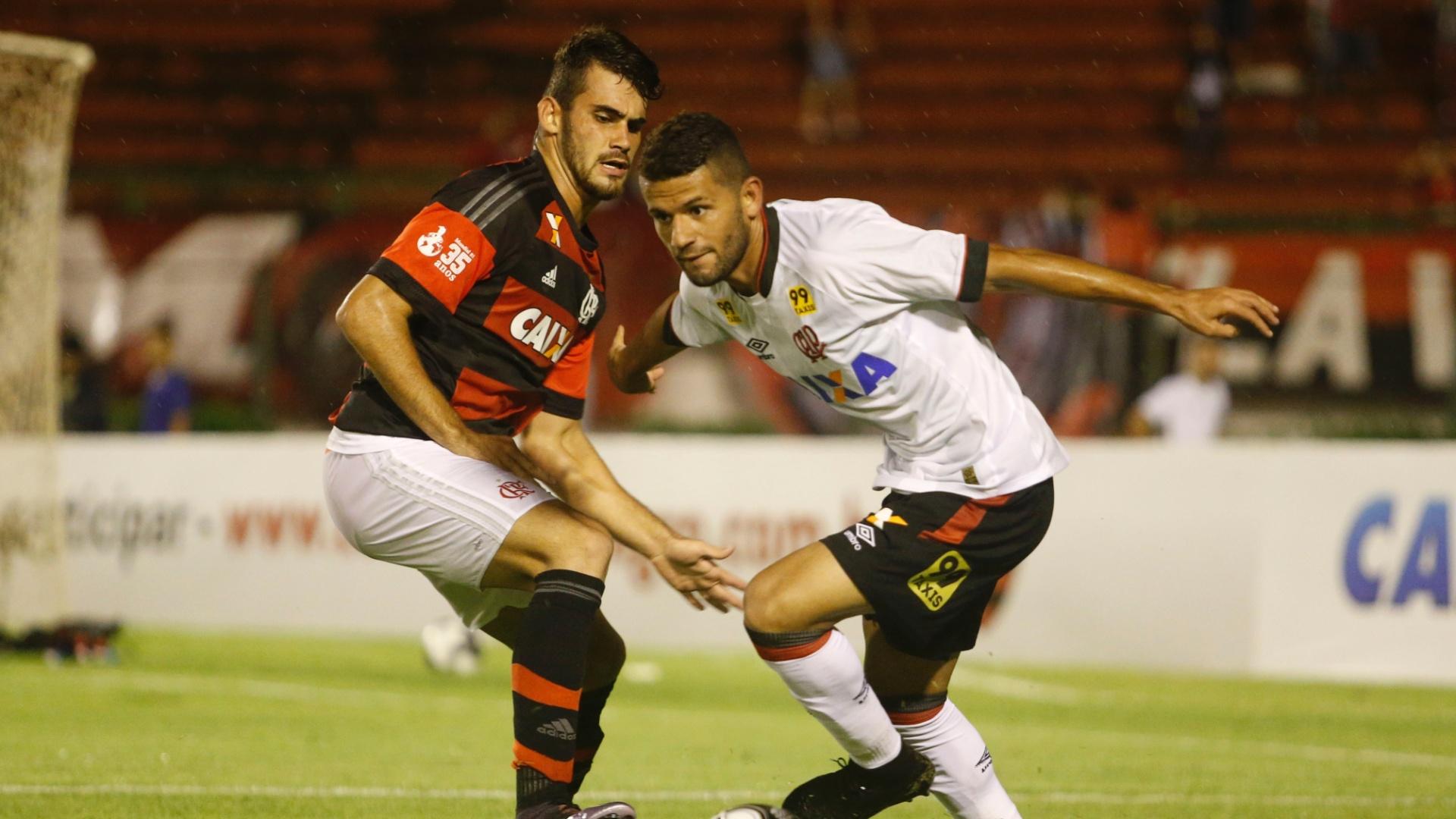 Felipe Vizeu e Jadson durante a partida entre Flamengo e Atlético-PR na Primeira Liga