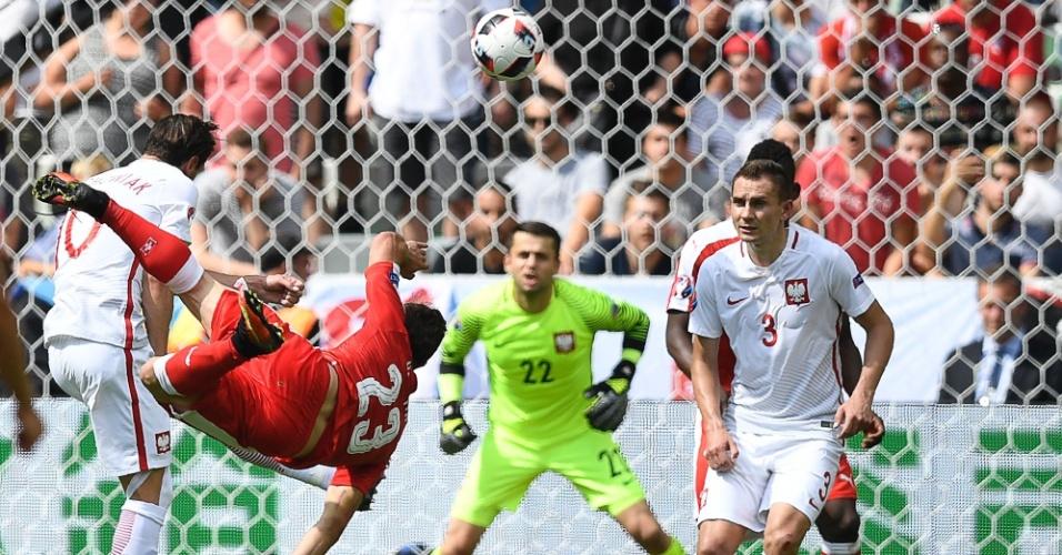 Shaqiri observa seu voleio contra a Suíça