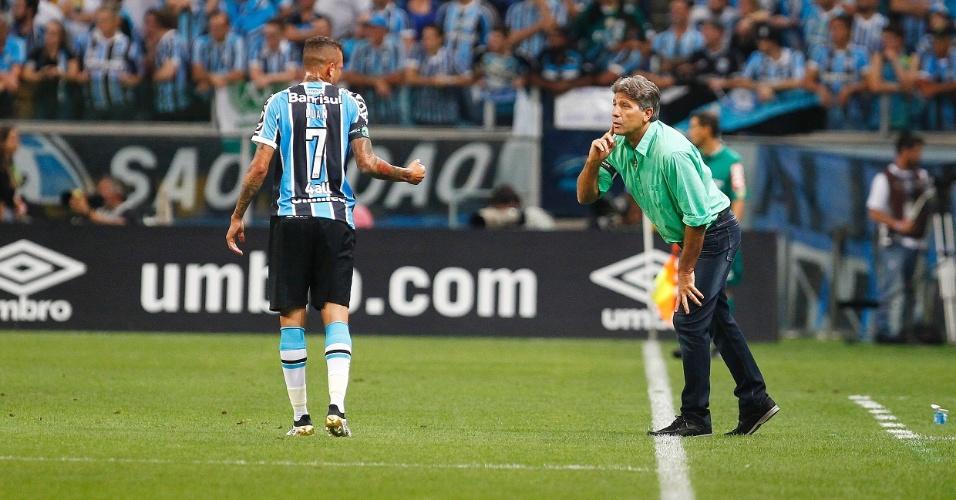 Luan recebe orientações de Renato Gaúcho à beira do gramado na Arena Grêmio