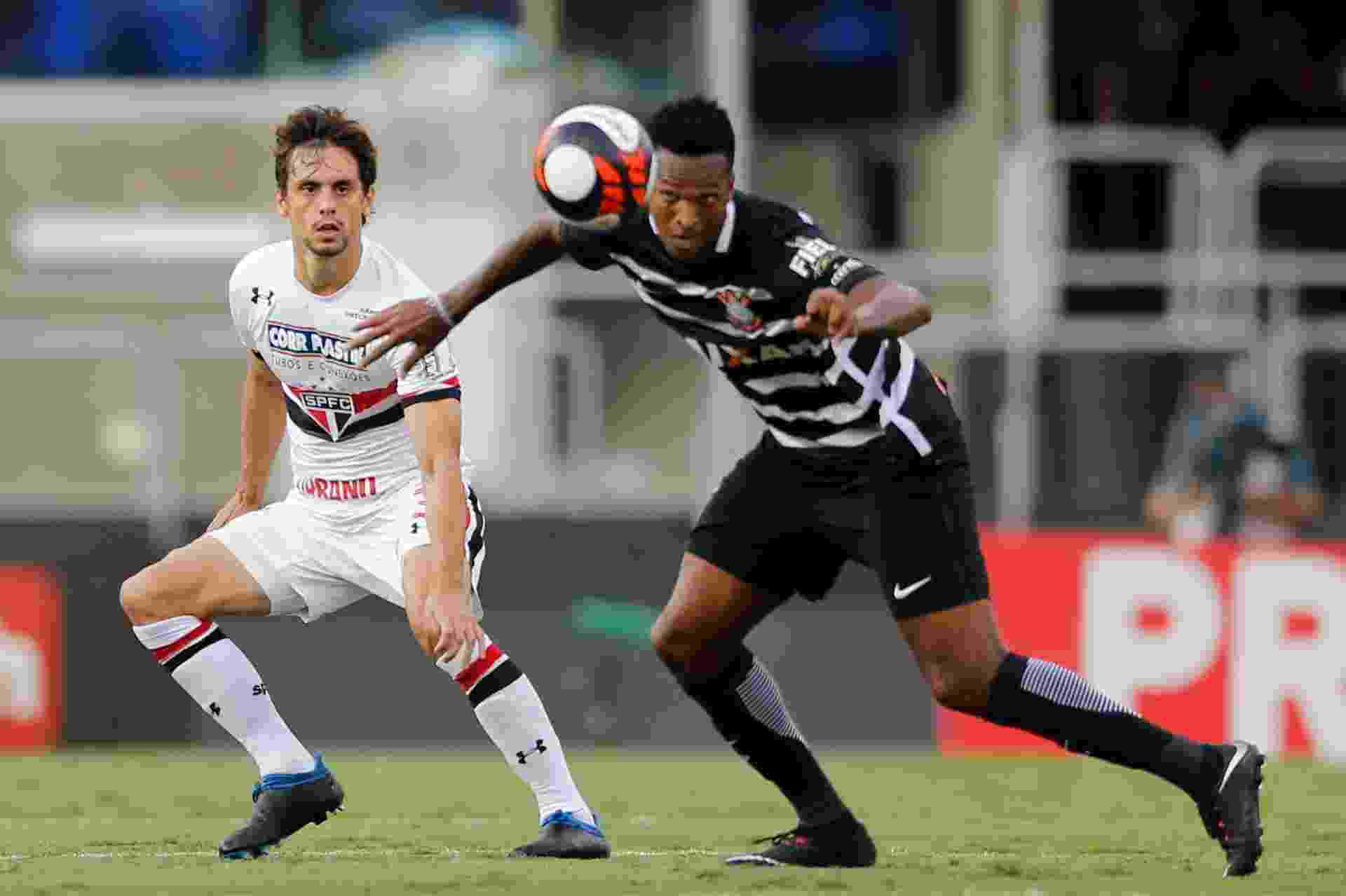 Jô, observado por Rodrigo Caio, se prepara para cabeçada em clássico entre Corinthians e São Paulo - Marcello Zambrana / AGIF