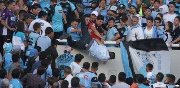 Torcedor é jogado da arquibancada em jogo do Belgrano