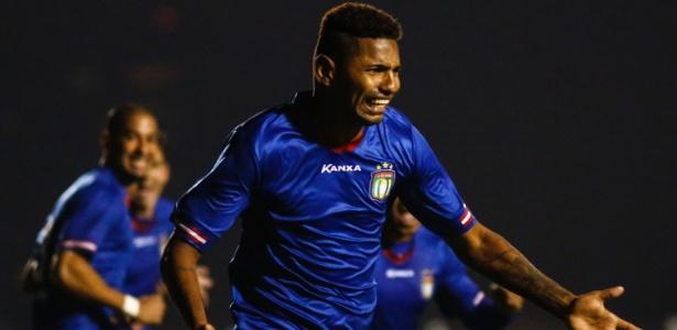 Destaque: Régis comemora um de seus dois gols na partida