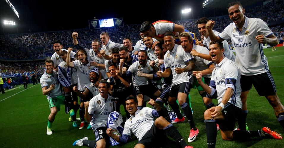 Campeões do Real Madrid posam para foto após confirmarem o título neste domingo (21)