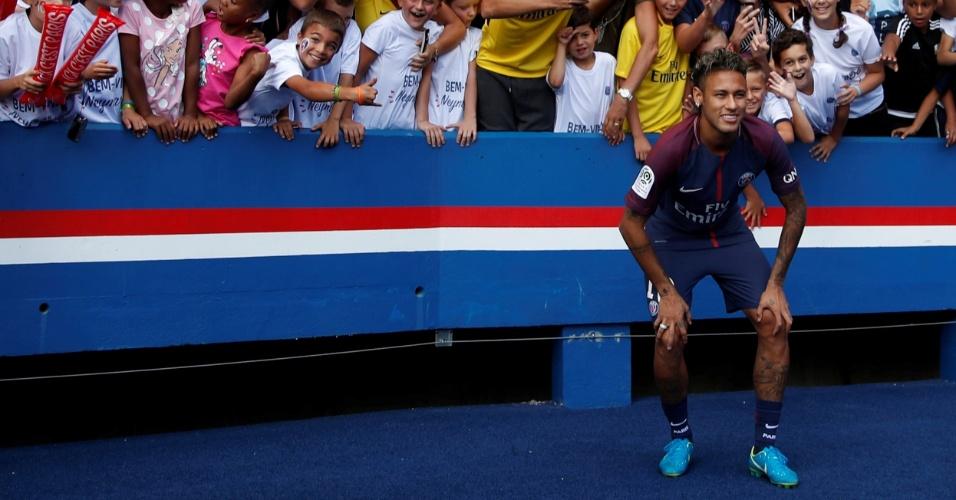 Neymar posa para fotos com torcedores do PSG
