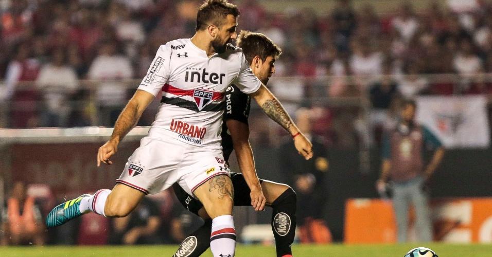 Lucas Pratto disputa lance durante o jogo entre São Paulo e Ponte Preta
