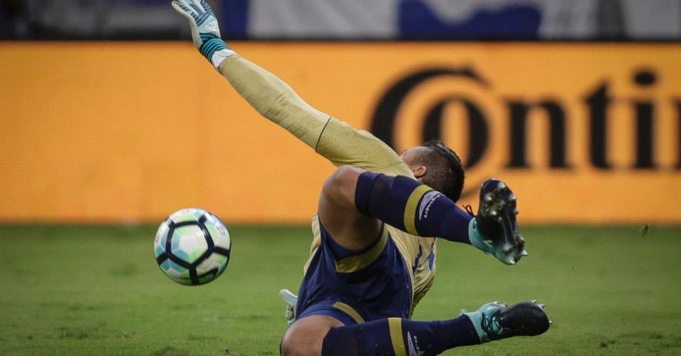 Fabio pula para defender pênalti de Diego, que deu ao Cruzeiro o título da Copa do Brasil