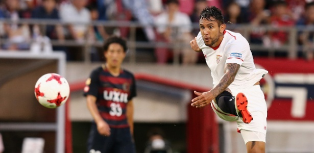 Walter Montoya, do Sevilla, arrisca chute contra o Kashima Antlers em amistoso