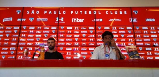 Pratto e o diretor executivo do São Paulo, Raí, durante o anúncio da saída do argentino