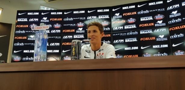 Meio-campista Mateus Vital assinou contrato de quatro anos com o Corinthians