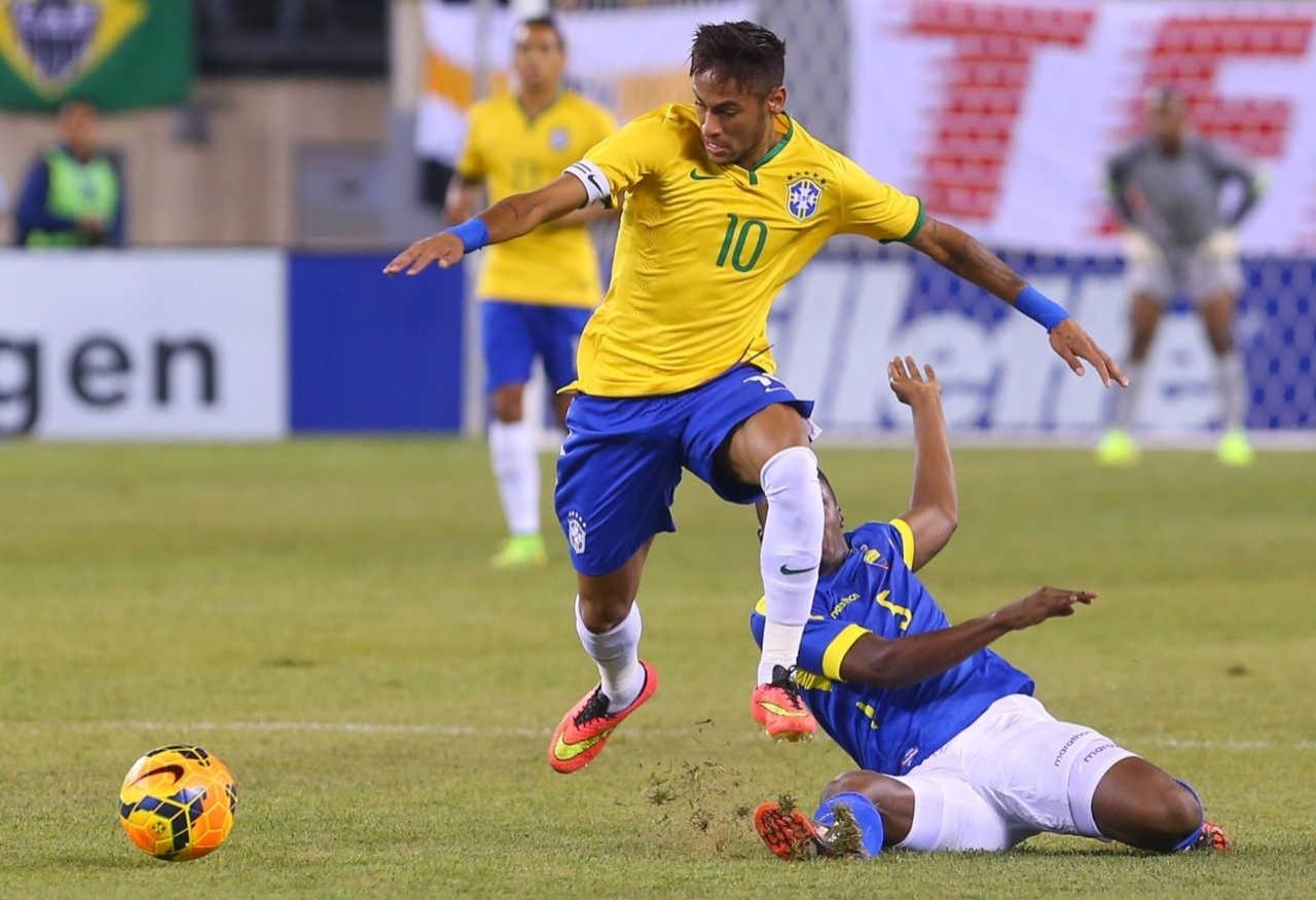 Neymar se livra da marcação de Ibarra durante amistoso contra o Equador, em 2014, como capitão da seleção