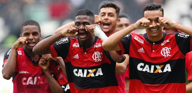 """Os jogadores do sub-20 rubro-negro comemoram o título com o """"chororô"""" no Engenhão"""