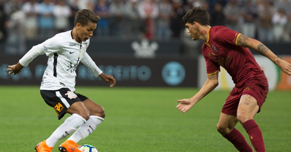 Pedrinho tenta o drible para cima de Ayrton Lucas, durante a partida entre Corinthians e Fluminense