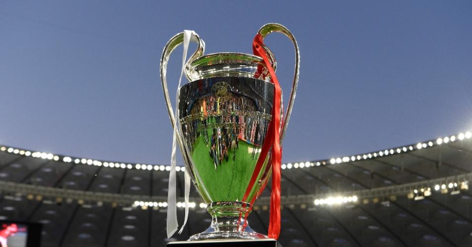 Taça da Liga dos Campeões com as fitas das cores de ambas as equipes