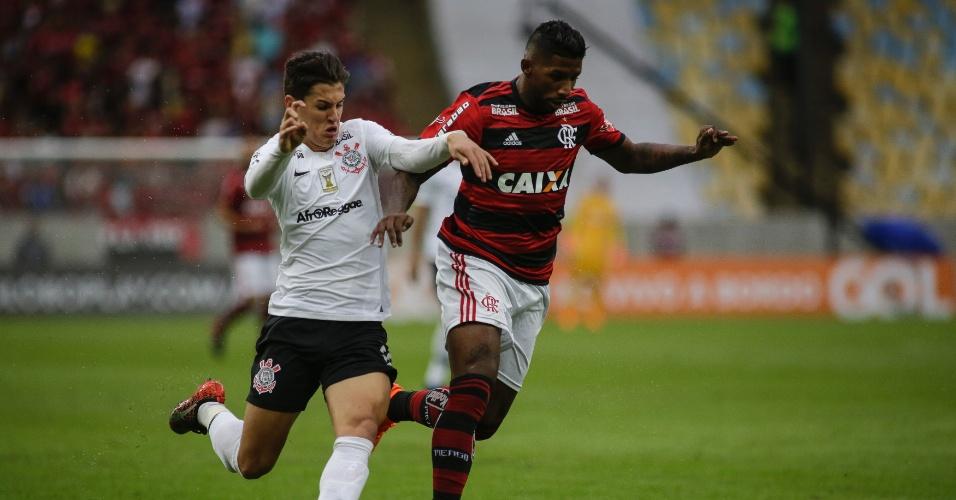 Mateus Vital e Rodinei disputam bola em Flamengo x Corinthians pelo Campeonato Brasileiro