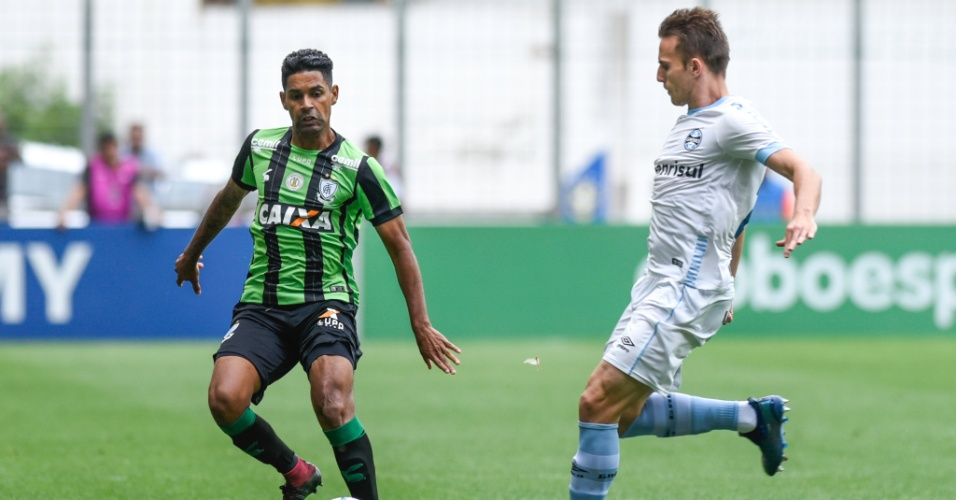 Aderlan, do América-MG, durante jogo contra o Grêmio