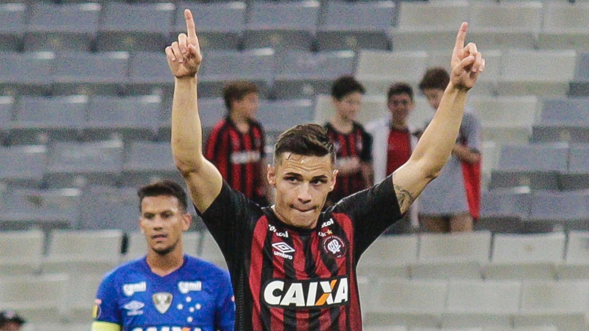 Raphael Veiga comemora após marcar para o Atlético-PR contra o Cruzeiro