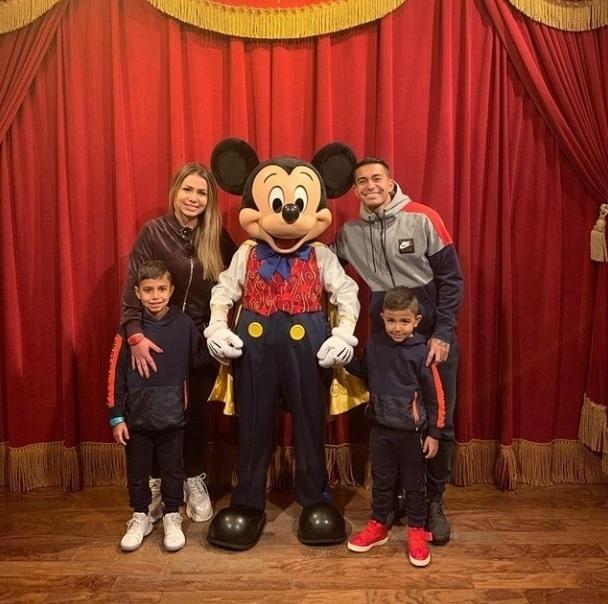Dudu e sua família já posaram ao lado do Mickey em Orlando