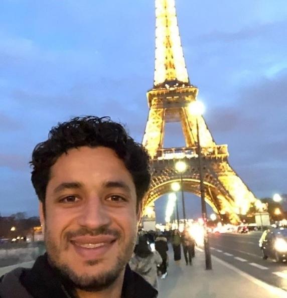 Léo, zagueiro do Cruzeiro, está conhecendo a cidade de Paris, na França, com a sua mulher