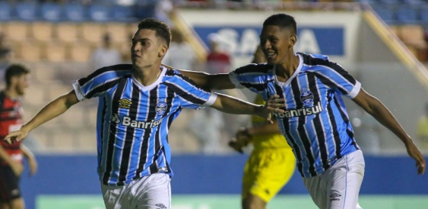Emanuel comemora gol do Grêmio contra o Oeste