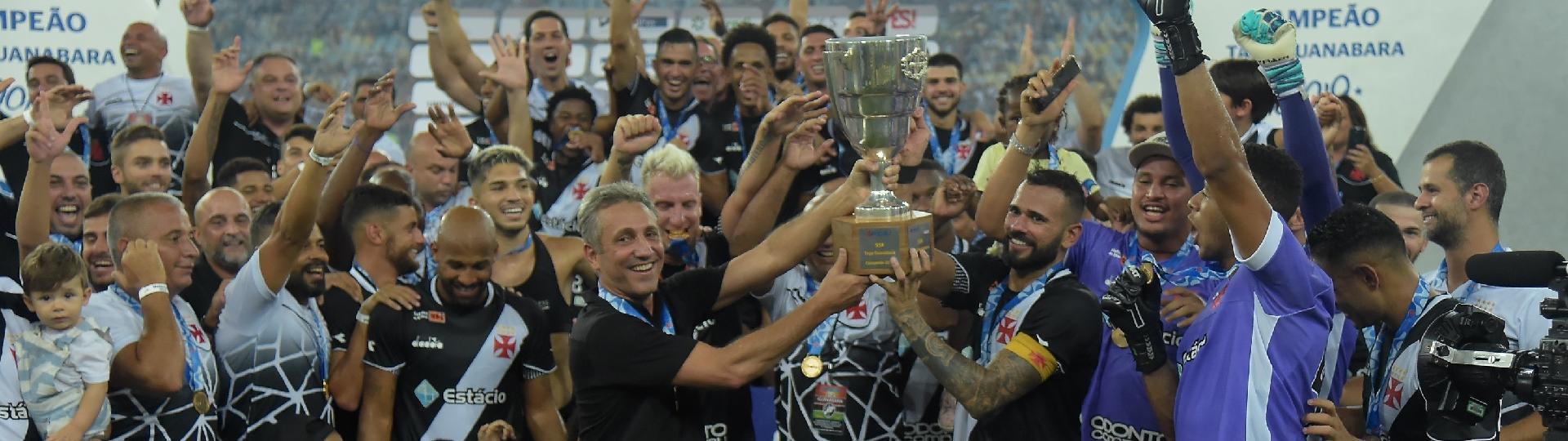 Leandro Castán levanta o troféu da Taça Guanabara, conquistada pelo Vasco contra o Fluminense